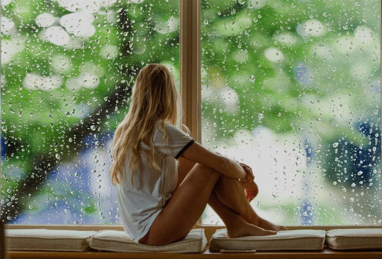 Personne à la fenêtre regardant par la fenêtre