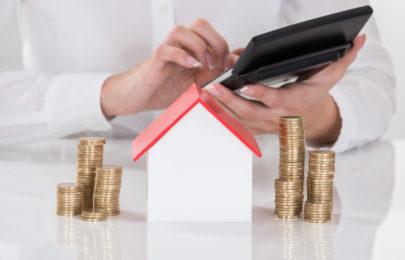 Femme calculant le projet concernant son logement