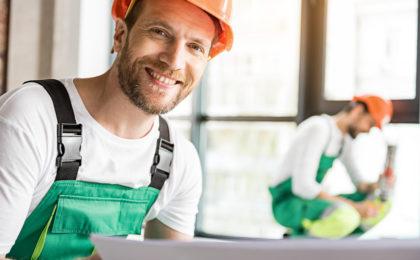 Travailleur souriant devant l'objectif