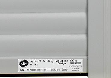 Etiquette avec numéro de série (SN) en bas du tablier